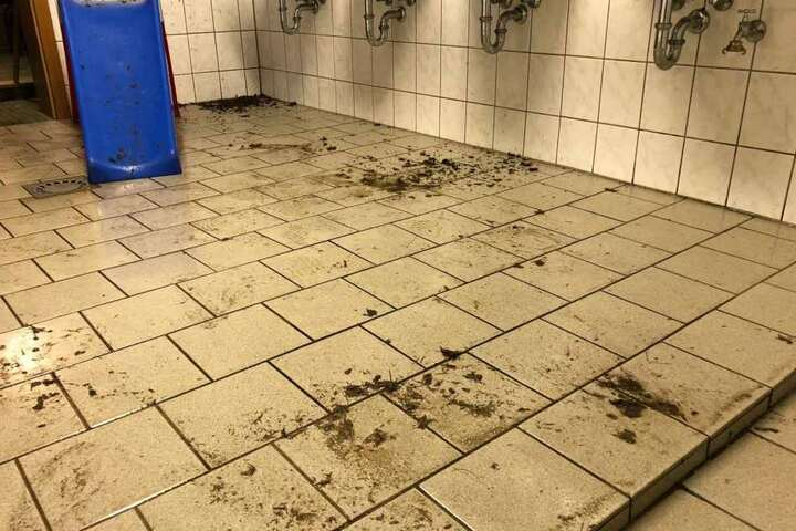 Der Boden der Gastkabine wurde total verdreckt hinterlassen.