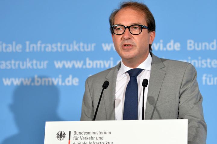 Bundesverkehrsminister Alexander Dobrindt (47, CSU) während der Pressekonferenz zum Abgas-Skandal am 27.07.2017 in Berlin.