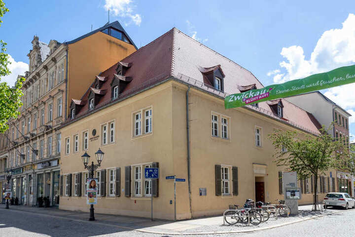 Mit der Skulptur ehrt das Robert-Schumann-Haus soll das Komponisten-Paar gleichermaßen geehrt werden.