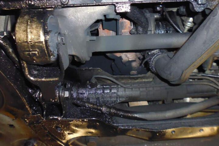 Nicht ganz dicht: Motor und Getriebe verlieren massiv Öl.