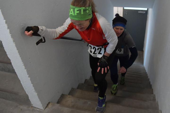 """Teilnehmerinnen am """"Tower Run"""" in einem Hochhaus in Gropiusstadt laufen im Treppenhaus nach oben."""