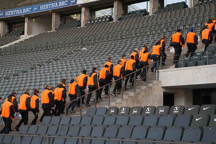 Sicherheitskräfte werden auch beim Pokalfinale am 27. Mai in Berlin wieder durch das Olympiastadion streifen. (Symbolbild)