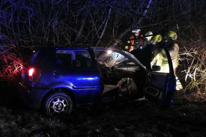 Der Fahrer und sein Wagen mussten von der Feuerwehr geborgen werden.