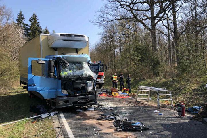 Schwer verletzt wurde der Fahrer des 16-Tonners in ein nahes Krankenhaus transportiert.