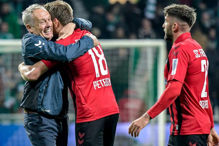 Freiburgs Trainer Christian Streich (links) umarmt Freiburgs Nils Petersen nach dem Abpfiff.