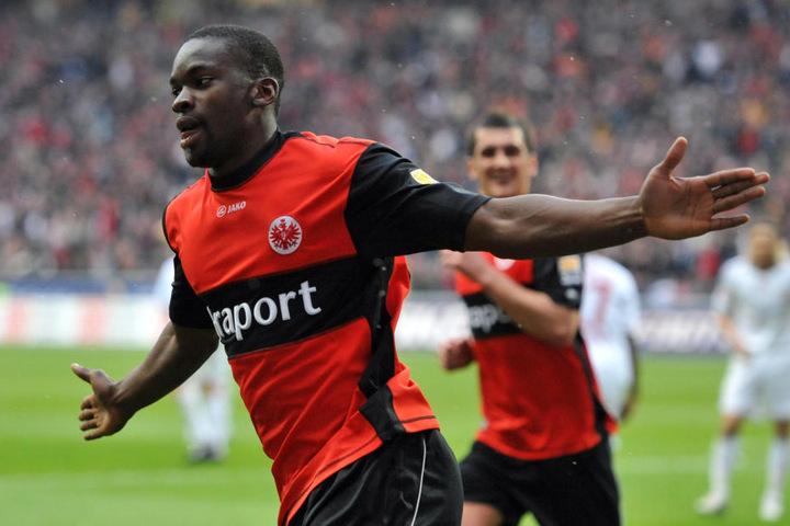 Der Kongolese debütierte mit 17 Jahren und neun Monaten für Eintracht Frankfurt in der 1. Bundesliga (10 Spiele/1 Tor).