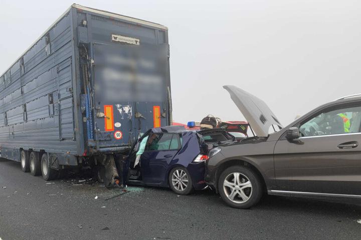 Der mittlerer Wagen wurde bei dem Unfall auf der A7 fast zu Hälfte unter den Lastwagen geschoben.