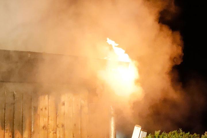 Als die Feuerwehr bei der Baracke eintraf, brannte diese schon lichterloh.