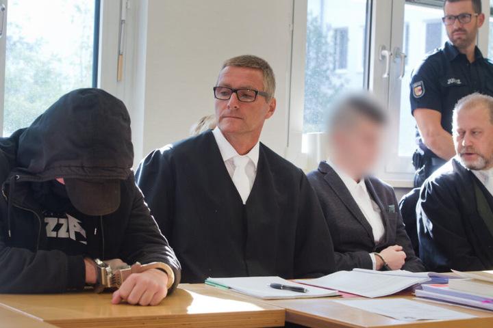 Der 19-jährige Angeklagte (l) und der 21-jährige Angeklagte (3.v.l.) sitzten im Gerichtssaal im Landgericht neben ihren Anwälten.
