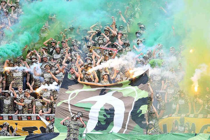 Während des Spiels wurde Pyrotechnik im Dresdner Block gezündet. Vor dem Anpfiff kam es bereits zu Ausschreitungen.