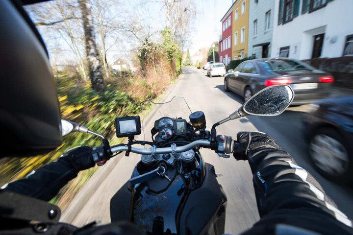 Als der Fahrer seine Maschine nach oben zog, stürzte sein Beifahrer vom Motorrad und verletzte sich. (Symbolbild)