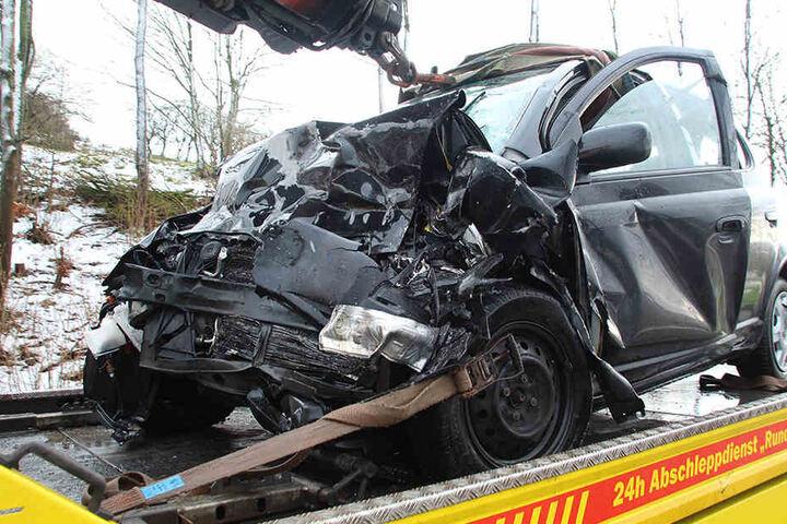 Die Feuerwehr musste den 28-jährigen Fahrer aus dem Wrack retten.