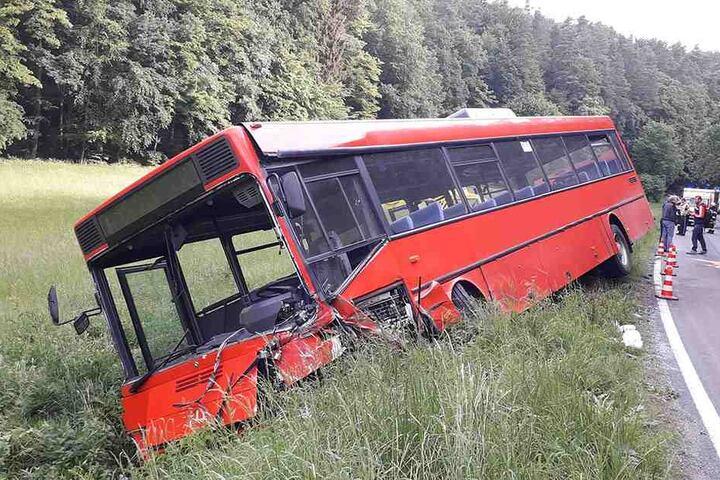 Zusammenstoß mit Bus: 19-jähriger Autofahrer wird lebensgefährlich verletzt