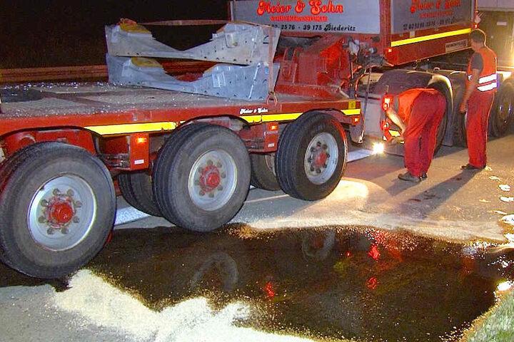 Die Reinigungsarbeiten auf der Autobahn zogen sich bis in die frühen Morgenstunden.