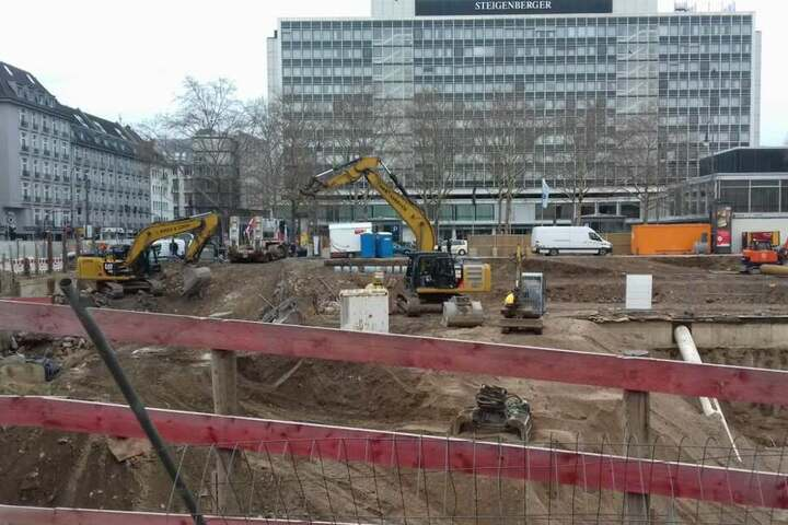 Derzeit laufen noch die Abrissarbeiten des alten Gebäudes am Kölner Rudolfplatz..