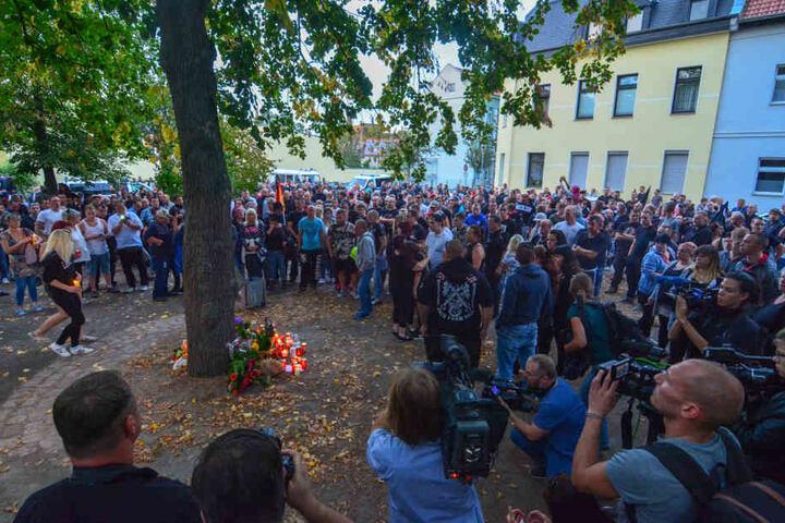 Hunderte versammelten sich an der Stelle, an der Markus B. gestorben ist und legten Blumen und Kerzen nieder.