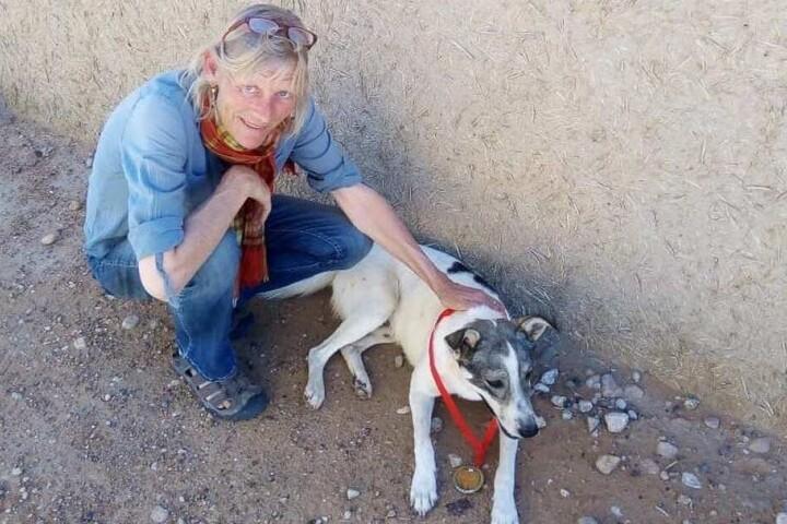 Karen Hadfield kniet neben ihrem Hund Cactus. Die Gründerin eines Cafes in der Oasenstadt Tissardmine hatte den Streuner 2018 aufgenommen.