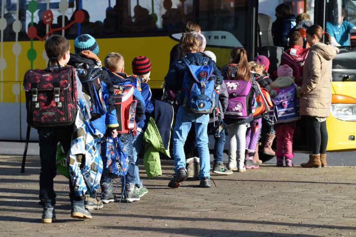 Fahren Schülerinnen und Schüler in Zukunft kostenlos mit dem Bus in die Schule? (Symbolbild)