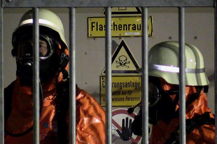 Nur mit speziellen Schutzanzügen und Atemmasken, durften die Feuerwehrleute den Raum betreten.