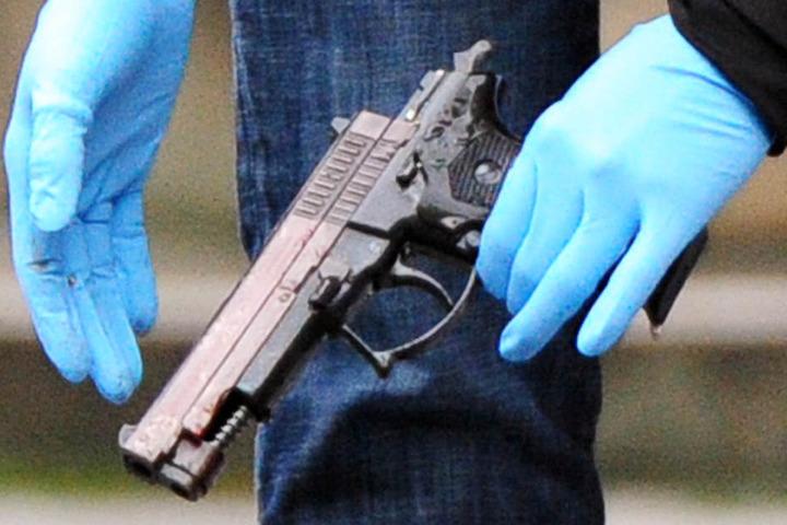 Auch Handfeuerwaffen gehörten zum Arsenal des 62-Jährigen (Symbolbild).