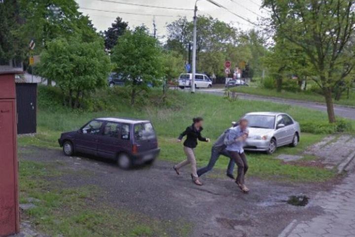 Nach dem Scherz sieht man, wie das Trio lachend und aufgeregt die Szenerie verlässt.