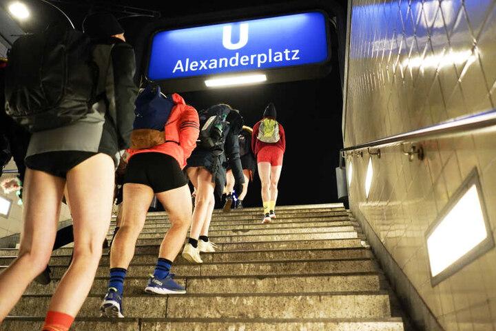 """Teilnehmer des Internationalen """"No Pants on Subway""""-Tags gehen am Alexanderplatz in Berlin aus der U-Bahnstation die Stufen hinauf."""