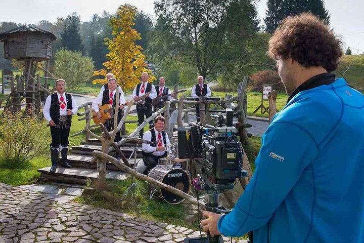 Auch am Wasserrad zwitscherten die Spatzen ihre Hits.