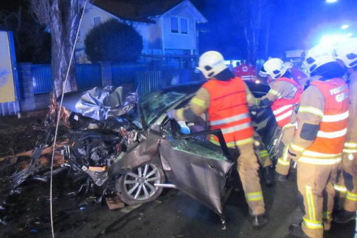 Der Fahrer wurde in seinem Auto eingeklemmt, kämpfte um sein Leben.