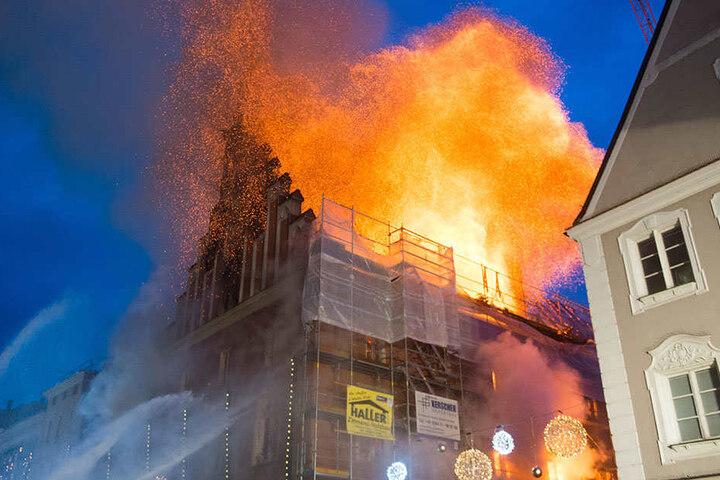 Meter hohe Flammen schlugen aus dem Rathaus.