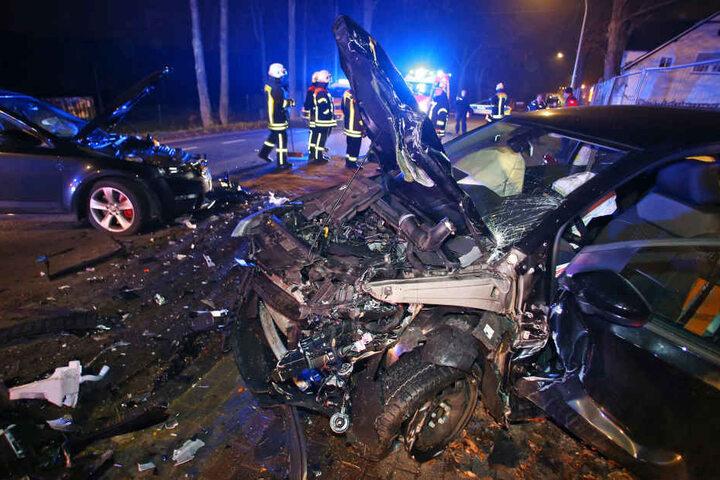 Auch der VW wurde durch den Unfall stark beschädigt.