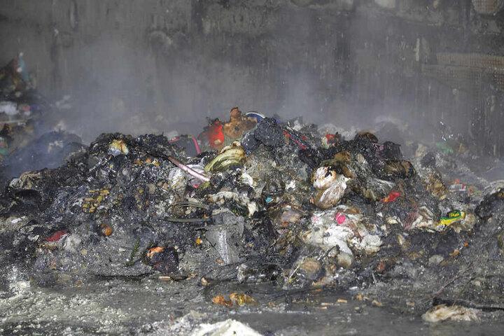 Von den Mülltonnen, die in der Tiefgarageneinfahrt standen, blieb nur ein verkohlter Haufen übrig.