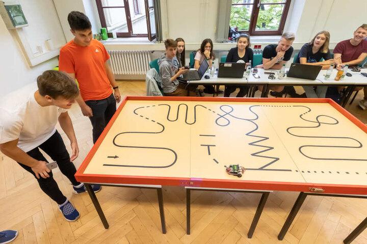 """Bei der """"RoboSchool"""" konnten Schüler sich ausprobieren und die TU Chemnitz kennenlernen."""