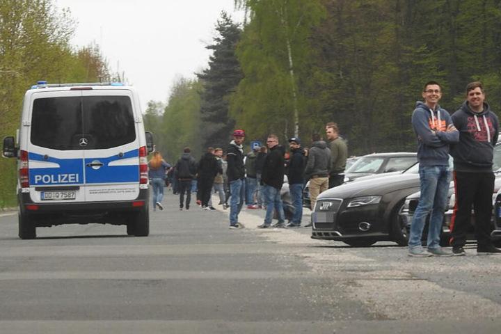 Mit Kastenwagen zeigten die Beamten Präsenz vor Ort.