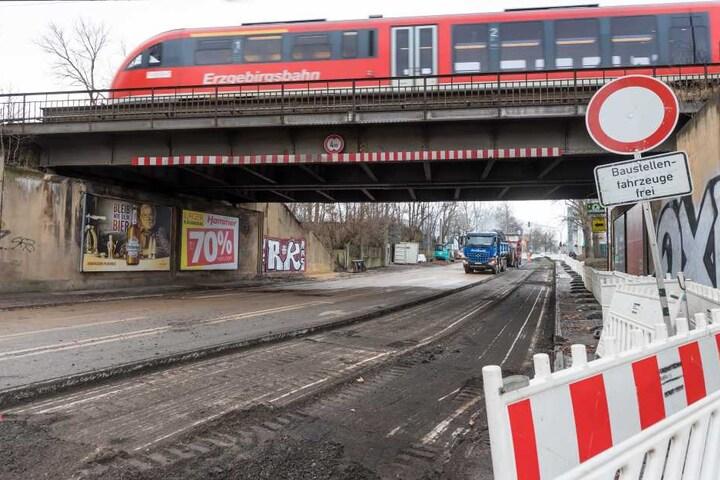 Die Eisenbahnbrücke über die Reichenbacher Straße wird einem Ersatzneubau weichen. Die Deutsche Bahn hat mit den Planungen begonnen.
