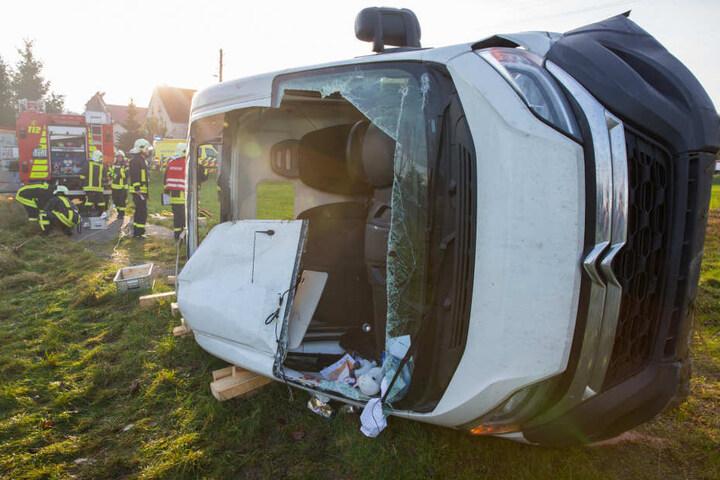Der Transporter kam von der Fahrbahn ab, fuhr eine kleine Böschung hinunter und kippte um.