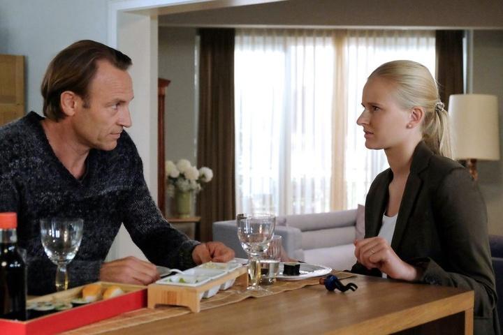 Martin Stein (l.) berichtet seiner angereisten Tochter Marie (r.) von seinem Verdacht, dass sie an einer vererbbaren Hirngefäß-Krankheit leiden könnte. Am nächsten Tag will er seine geschockte Tochter untersuchen.