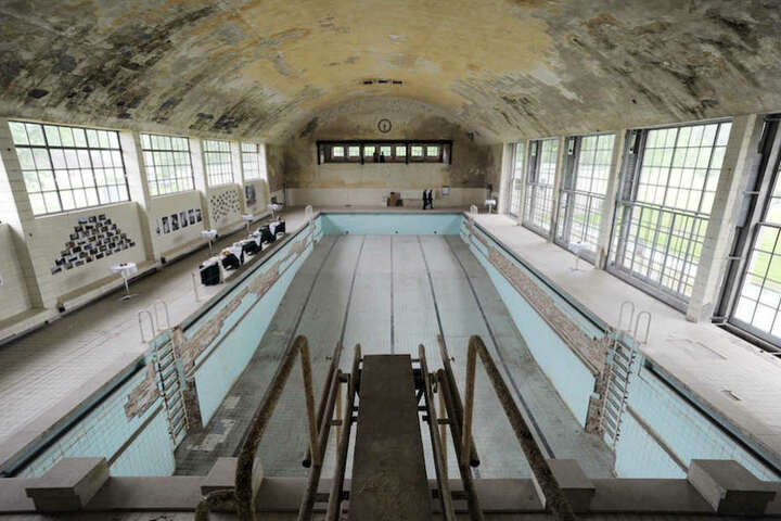 Die spektakuläre Schwimmhalle im ehemaligen Athleten-Quartier.
