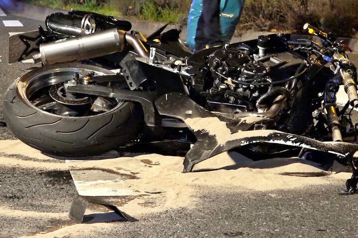 Die Aufnahme zeigt verunglückte Motorrad auf der L3111 in Südhessen.