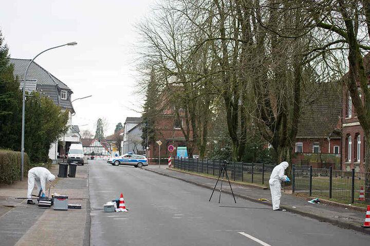 Beamte der Spurensicherung sichern den Tatort.