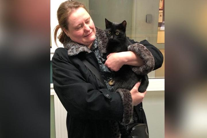 Erleichtert nimmt die Besitzerin ihre vermisste Katze in Empfang.