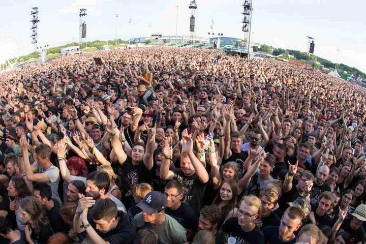 """Besucher von """"Rock im Park"""" verfolgen ein Konzert. (Archivbild)"""