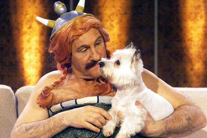 """Als Obelix verkleidet und mit """"seinem Idefix"""" auf dem Arm sitzt Frankreichs Filmstar Gerard Depardieu im März 2002 in Leipzig auf der """"Wetten, dass...?""""-Couch."""