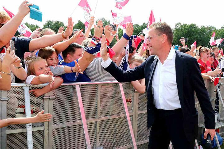 Nach dem klar verlorenen Pokalfinale feierten Zehntausende RB-Fans auf der Festwiese den erfolgreichen Trainer und Sportdirektor. Kurz danach verkündete er seinen Abschied.
