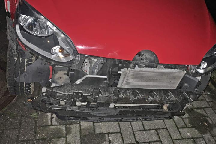Der VW wurde durch den Unfall stark beschädigt.
