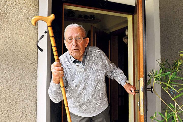 Mit seinem Gehstock verjagte Gerhard Flachs (89) den Ganoven aus dem Haus  seiner Tochter.