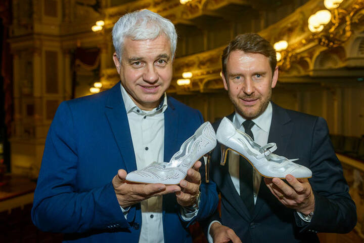 """Ballchef Hans-Joachim Frey (51, l.) mit """"Peter Kaiser""""-Chef Ewig (44) mit den neuen Schuhen."""