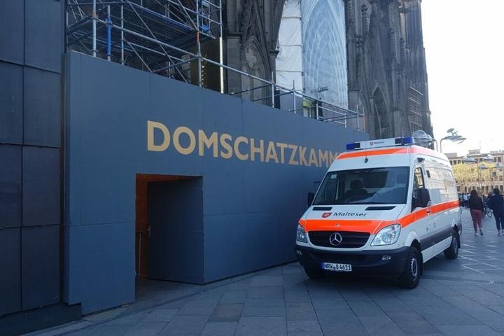Nach dem Transport über das Treppenhaus wurde die Frau an den Rettungsdienst übergeben.