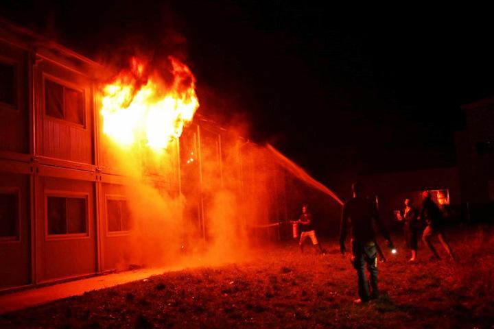 In der Nacht auf Samstag: Flammen schlagen aus den Containern.