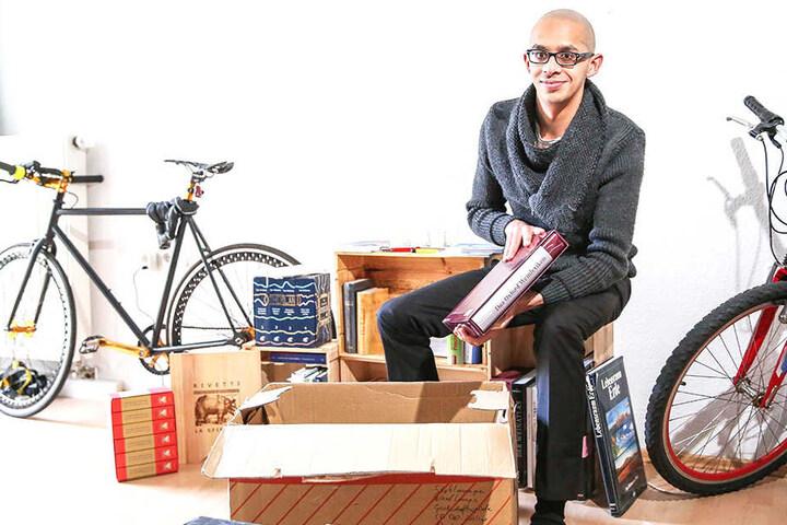 Shahzad Talukder (30) packt seine Weinbücher für den neuen Job bei Lea Linster in Luxemburg in den Umzugskarton.
