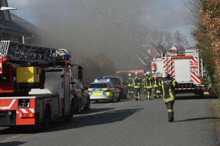 Feuerwehr und Polizei waren am Brandort in der Straße Im Erlei.